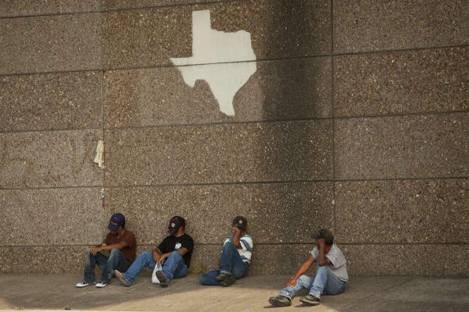 Varios jornaleros en busca de trabajo esperan a ser contratados por algún empleador en League City, una ciudad al sureste de Houston donde es aplicado un reglamento que prohíbe a las personas buscar trabajo en la calle. Photo: Nathan Lindstrom, Para La Voz