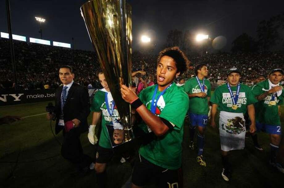 Giovani Dos Santos festeja la conquista de la Copa Oro en Pasadena, California. Photo: ROBYN BECK, Getty