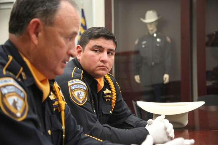 (De izq. a der.) El teniente Ruben Diaz y su hijo, el subteniente Tommy Diaz, son miembros del cuerpo de oficiales de la Oficina del Sheriff del Condado de Harris. Photo: Mayra Beltran, Houston Chronicle