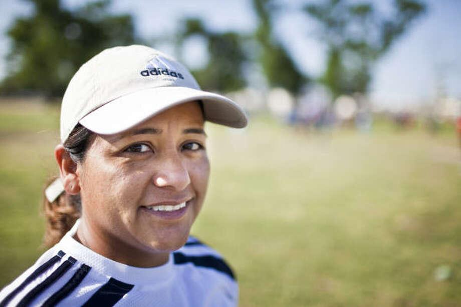 Atenea González, durante una jornada de fútbol en en la liga La Unidad, en el Peiser Park. Photo: Eric Kayne, Para La Voz