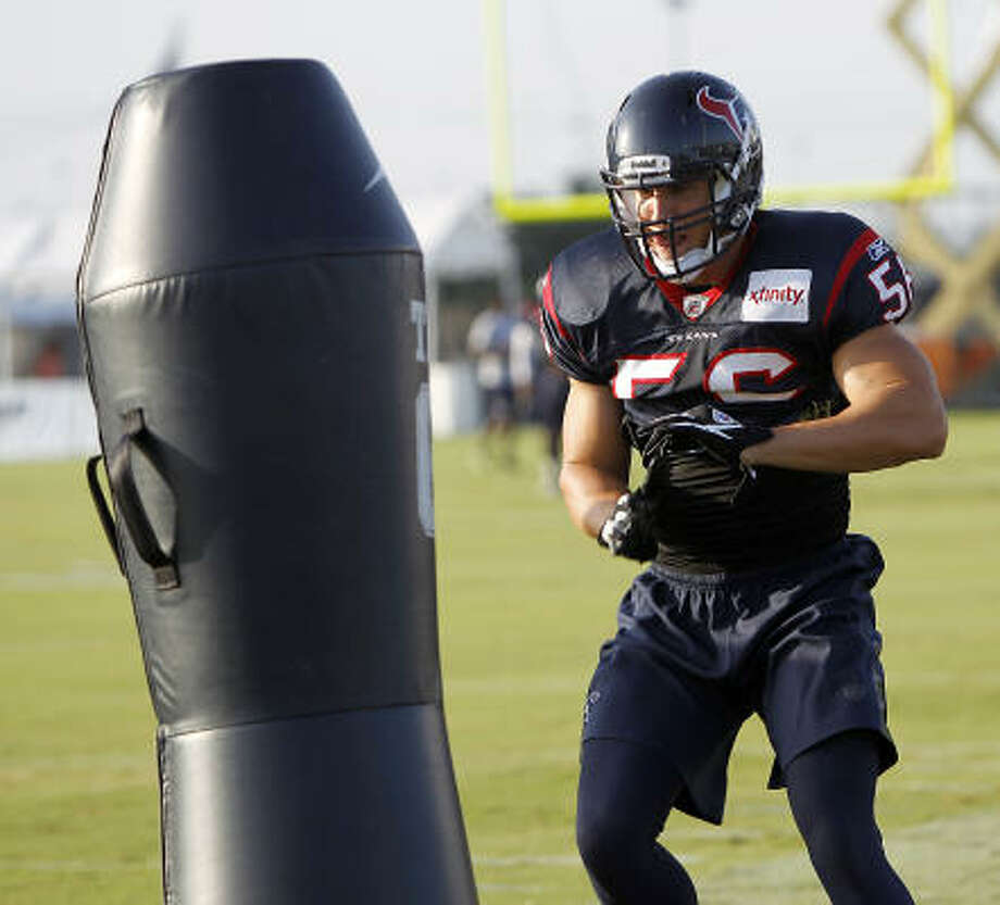Linebacker Brian Cushing was happy to put on the pads and do some hitting Wednesday in his first practice with the Texans after having to work on his own previously in training camp while still recovering from knee surgery. Photo: Karen Warren, Chronicle