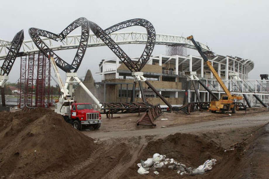 La construcción del estadio donde se llevarán a cabo las pruebas de atletismo de los próximos Juegos Panamericanos en octubre avanza a todo vapor en Zapopan, el municipio más grande del estado de Jalisco, en la zona norte de Guadalajara. Photo: Christian Palma, Associated Press