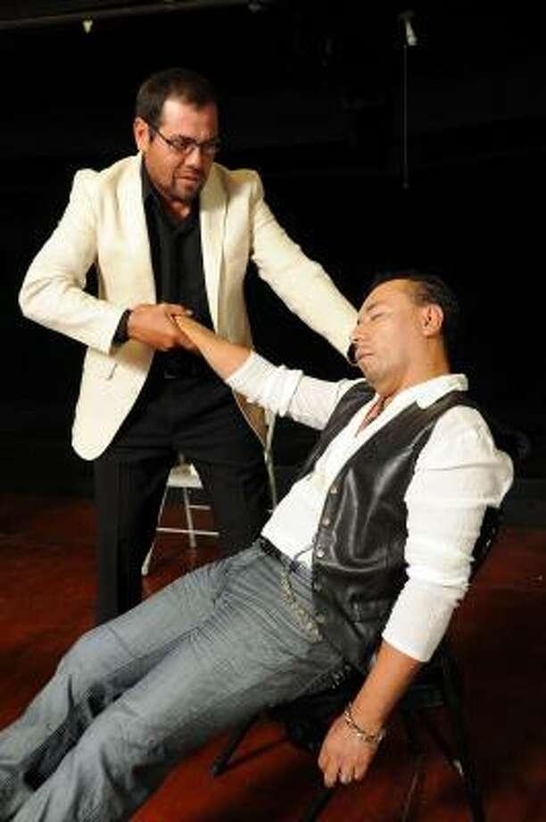 Los actores Fidel Torres (izq.) y Álex Hernández durante un ensayo de la comedia de enredos. Photo: Dave Rossman, Para La Voz