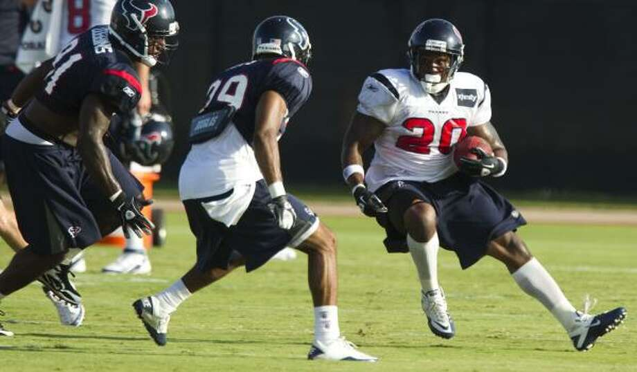 Texans running back Steve Slaton cuts back against safety Quintin Demps. Slaton later went to the sidelines after suffering a hamstring injury. Photo: Brett Coomer, Chronicle