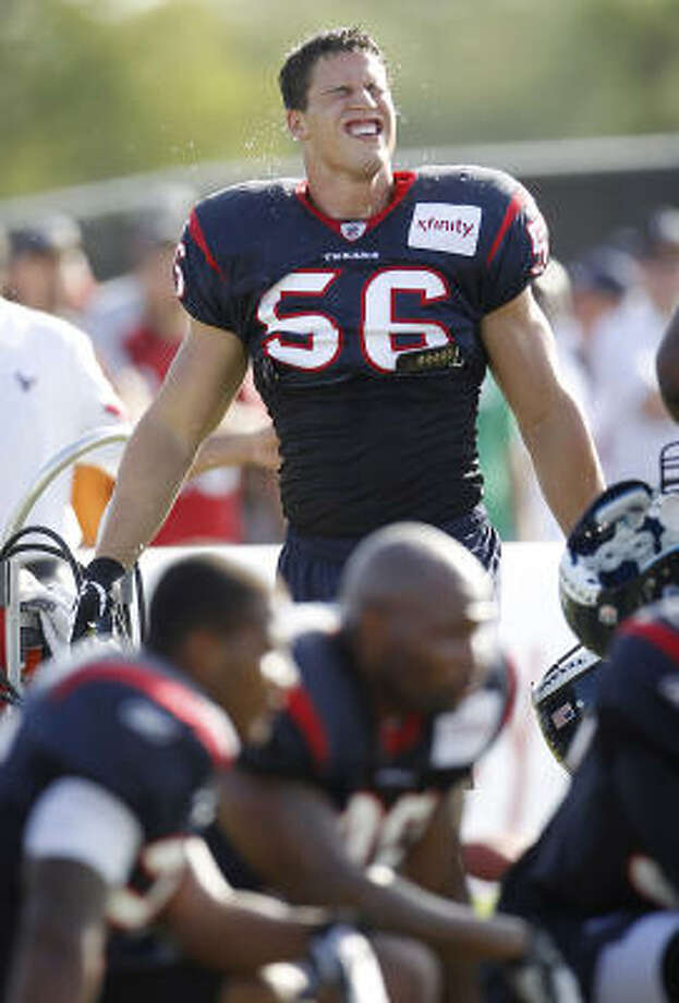 Texans linebacker Brian Cushing gets water in his first practice with the team. Photo: Karen Warren, Chronicle