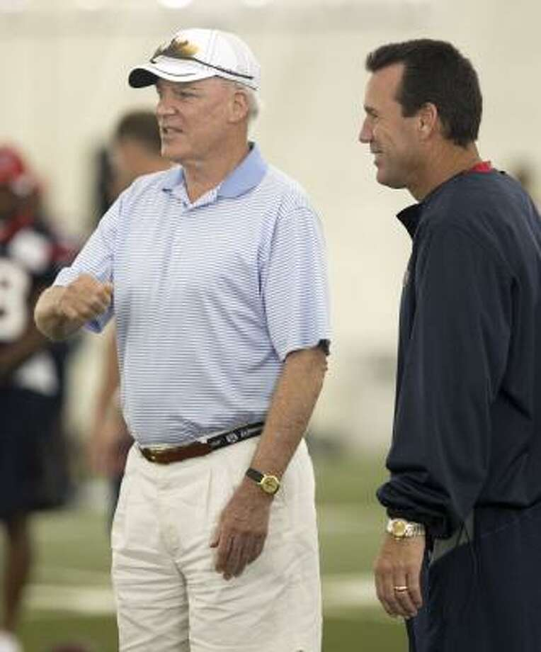 Texans owner Bob McNair, left, and head coach Gary Kubiak chat during Tuesday's practice. Photo: James Nielsen, Chronicle