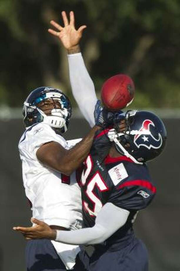 Houston Texans cornerback Kareem Jackson (25) breaks up a pass intended for wide receiver Lester Jean. Photo: Brett Coomer, Houston Chronicle