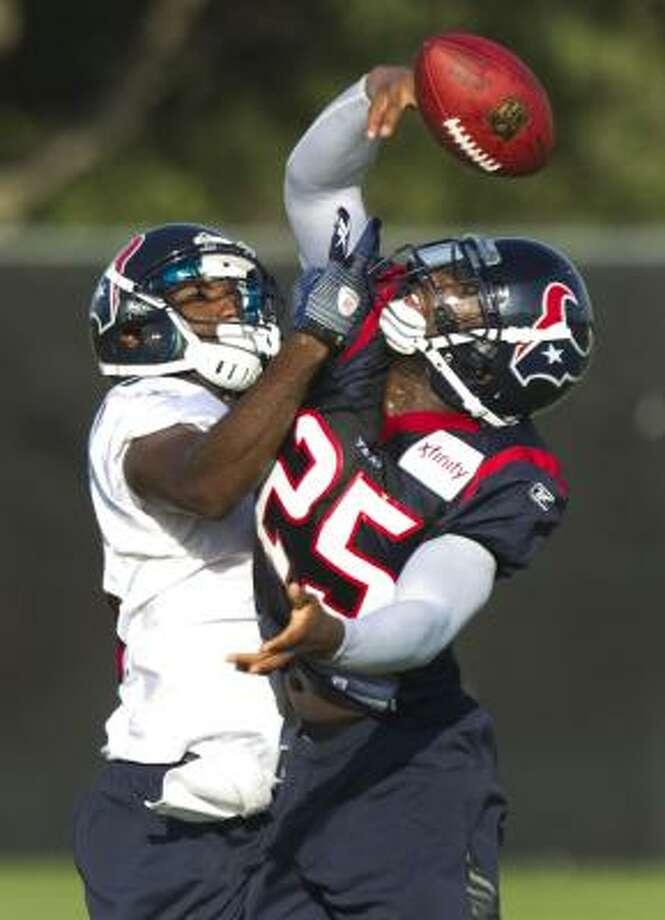 Houston Texans cornerback Kareem Jackson (25) breaks up a pass intended for wide receiver Lester Jean. Photo: Brett Coomer, Houston Chronicle