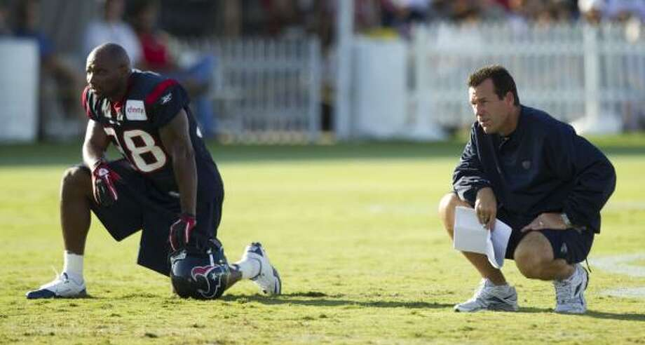 Houston Texans safety Danieal Manning (38) and head coach Gary Kubiak watch practice. Photo: Brett Coomer, Houston Chronicle