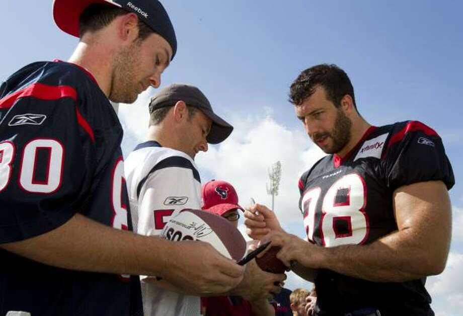 Houston Texans defensive end Connor Barwin (98) signs autographs during Texans training camp. Photo: Brett Coomer, Houston Chronicle