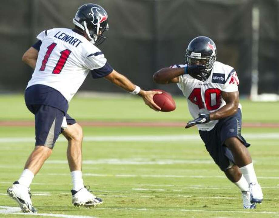 Texans quarterback Matt Leinart hands the ball off to running back Javarris Williams. Photo: Brett Coomer, Chronicle