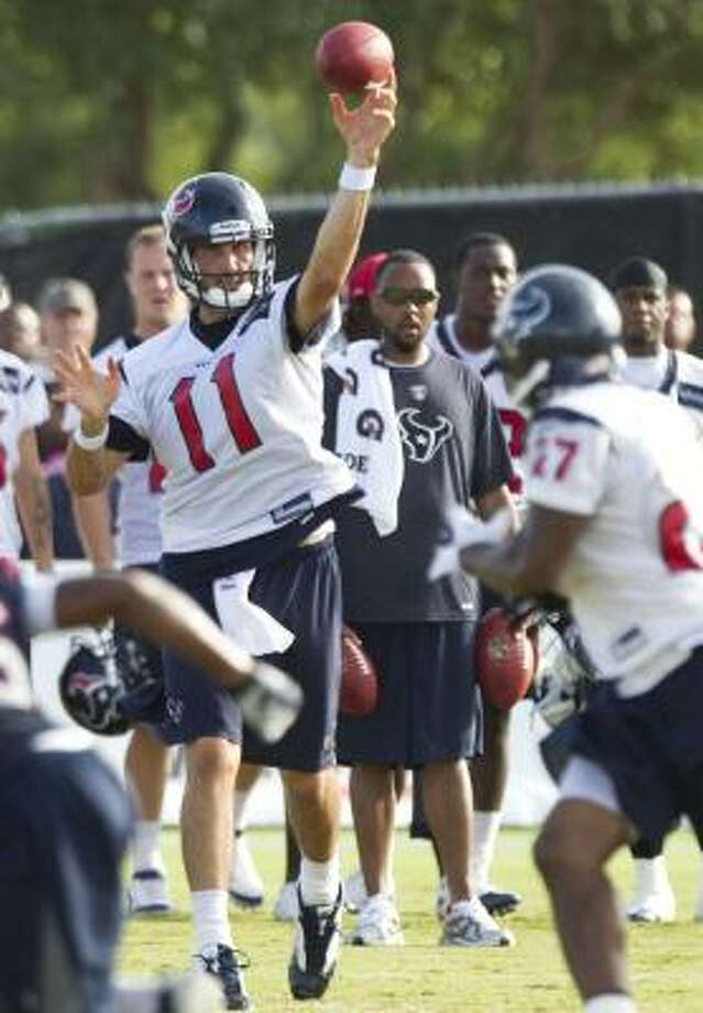 Texans quarterback Matt Leinart throws a pass to running back Chris Ogbonnaya. Photo: Brett Coomer, Chronicle