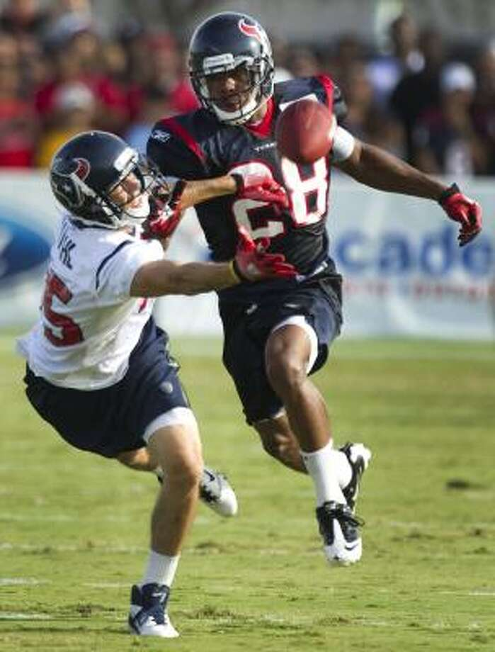 Texans wide receiver Jeff Maehl dives for a pass as cornerback Antwaun Molden defends. Photo: Brett Coomer, Chronicle