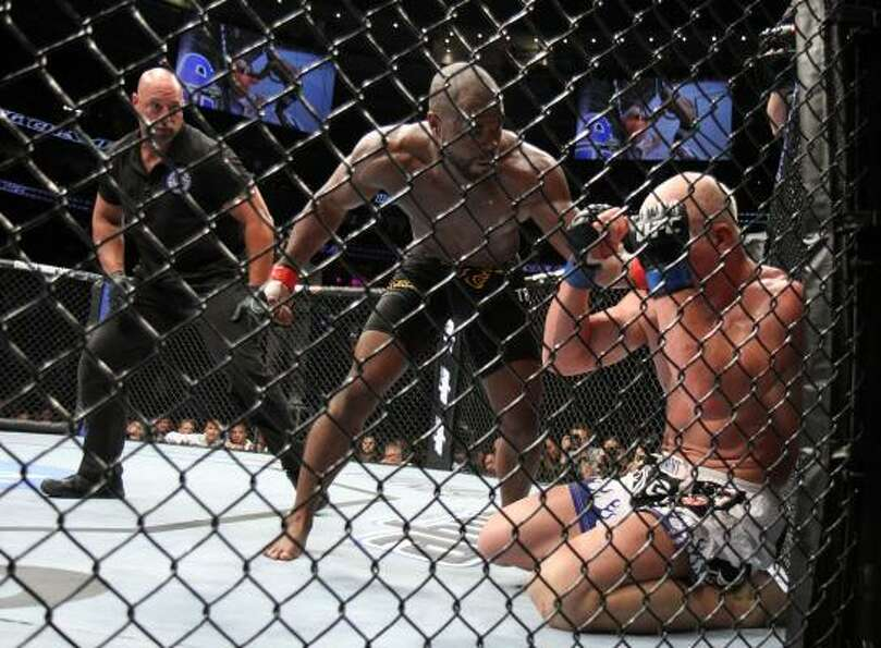 Rashad Evans, center, pummeled Tito Ortiz during their UFC light heavyweight fight at the Wells Farg