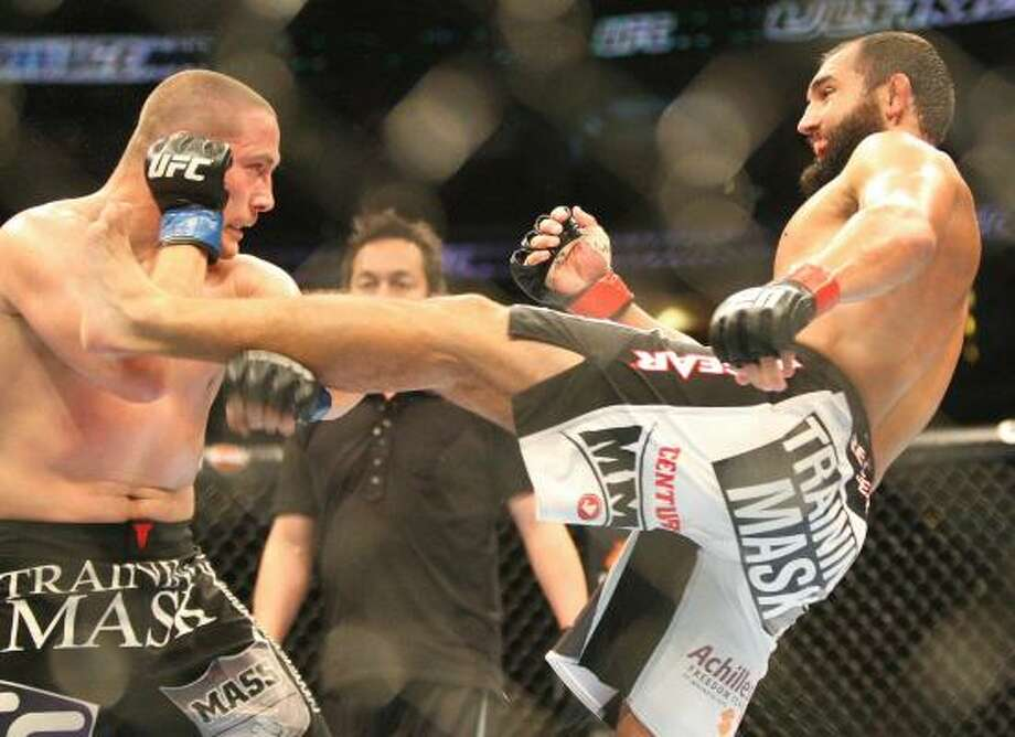 Johny Hendricks, right, kicks at Mike Pierce. Photo: Andrew Renneisen, Associated Press