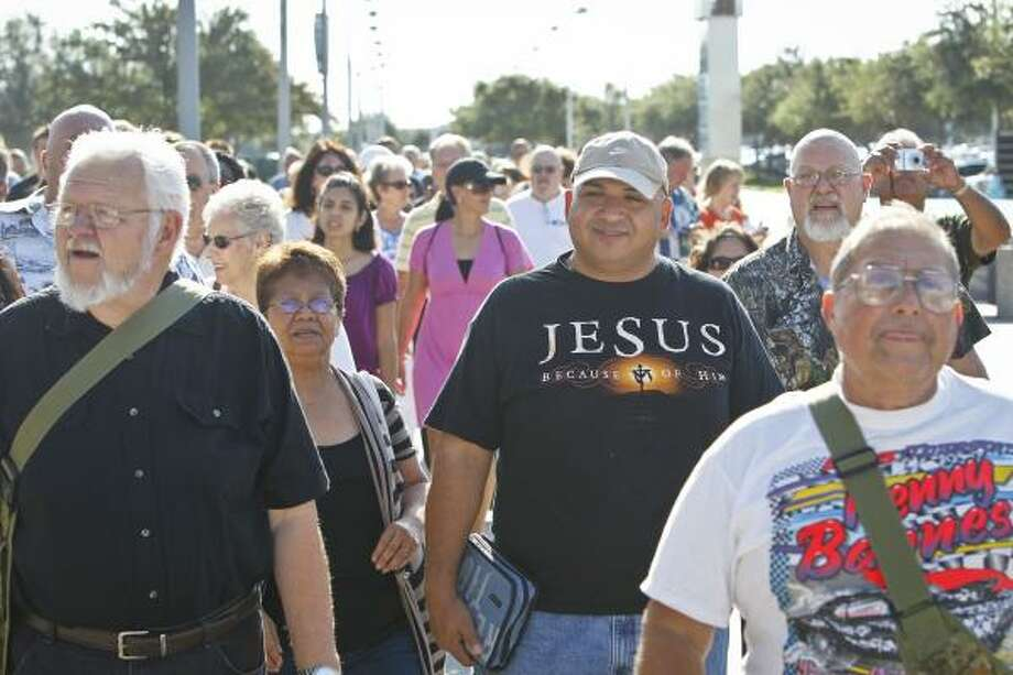 Moises Garza, center, arrives with the crowd. Photo: Michael Paulsen, Houston Chronicle