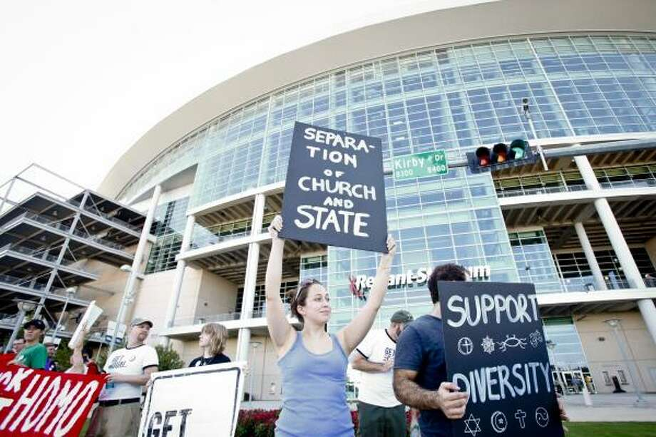 Leslie French holds a protest sign before the rally began. Photo: Michael Paulsen, Houston Chronicle