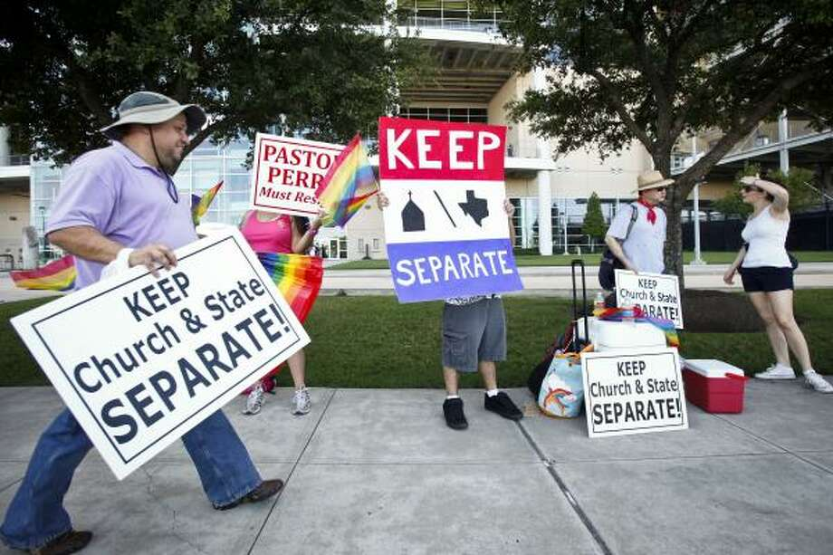 Tommy Wood, left, finds his place for the protest. Photo: Michael Paulsen, Houston Chronicle