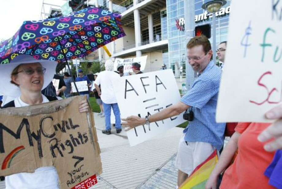 Protesters gather before the event. Photo: Michael Paulsen, Houston Chronicle