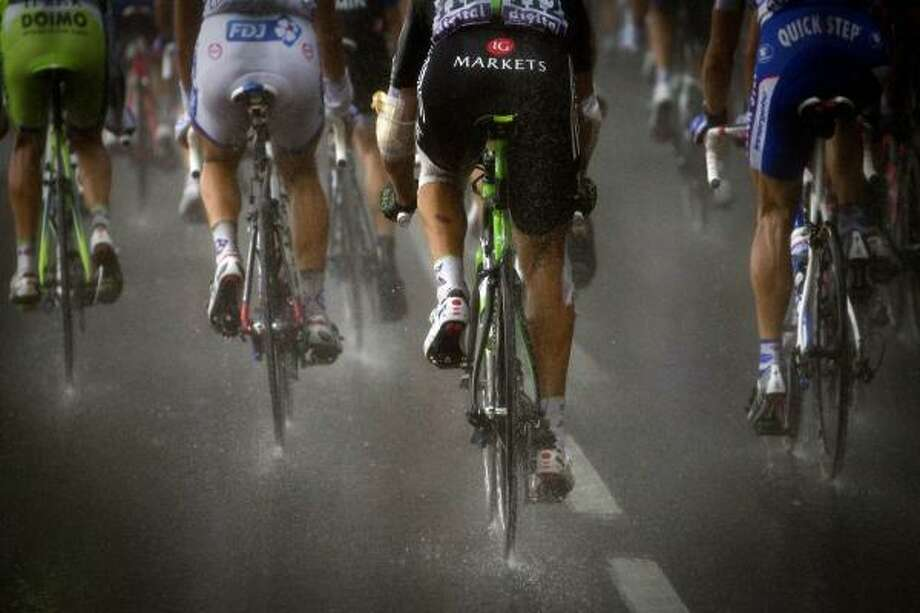 The competitors ride under the rain in the eleventh stage. Photo: JOEL SAGET, Getty
