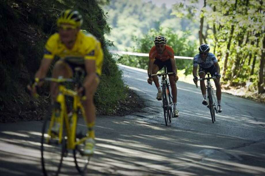 LtoR, Yellow jersey of overall leader, France's Thomas Voeckler, Spain's Samuel Sanchez and Spain's three-time Tour de France winner Alberto Contador speed downhill. Photo: MICHEL LANGELLA, Getty