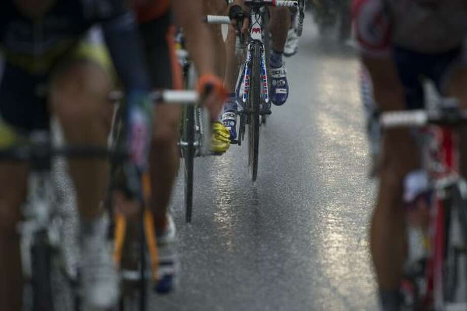 Riders compete under the rain during the 162,5 km and 16th stage. Photo: LIONEL BONAVENTURE, Getty