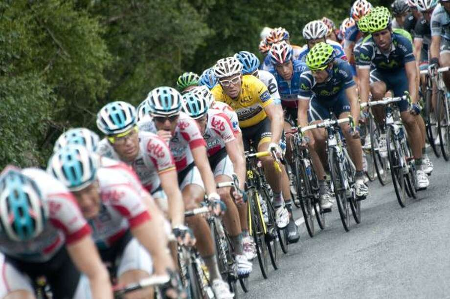 Yellow jersey of overall leader, Norway's Thor Hushovd (C) rides in the pack during the 172,5 km fourth stage. Photo: LIONEL BONAVENTURE, Getty