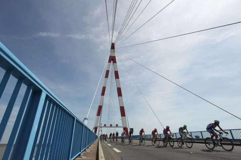 The peloton makes its way towards St Nazaire from Olonne sur Mer. Photo: Michael Steele, Getty