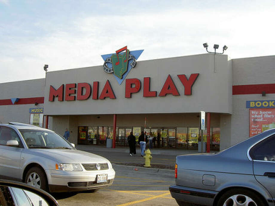 Media Play(1992-2006)   The chain, which shared ownership with Sam Goody and Suncoast Motion Picture Company stores, sold books, games, videos, music and DVDs… but not enough to keep profitable. Photo: AdamL212, Flickr