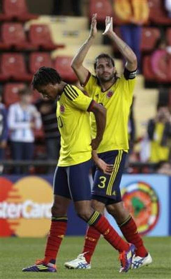 El jugador de Colombia, Mario Alberto Yepes, derecha, aplaude junto con su compañero Juan Cuadro tras vencer 2-0 a Bolivia en la Copa América el domingo, 10 de julio de 2011, en Santa Fe, Argentina. Photo: Eduardo Di Baia, AP