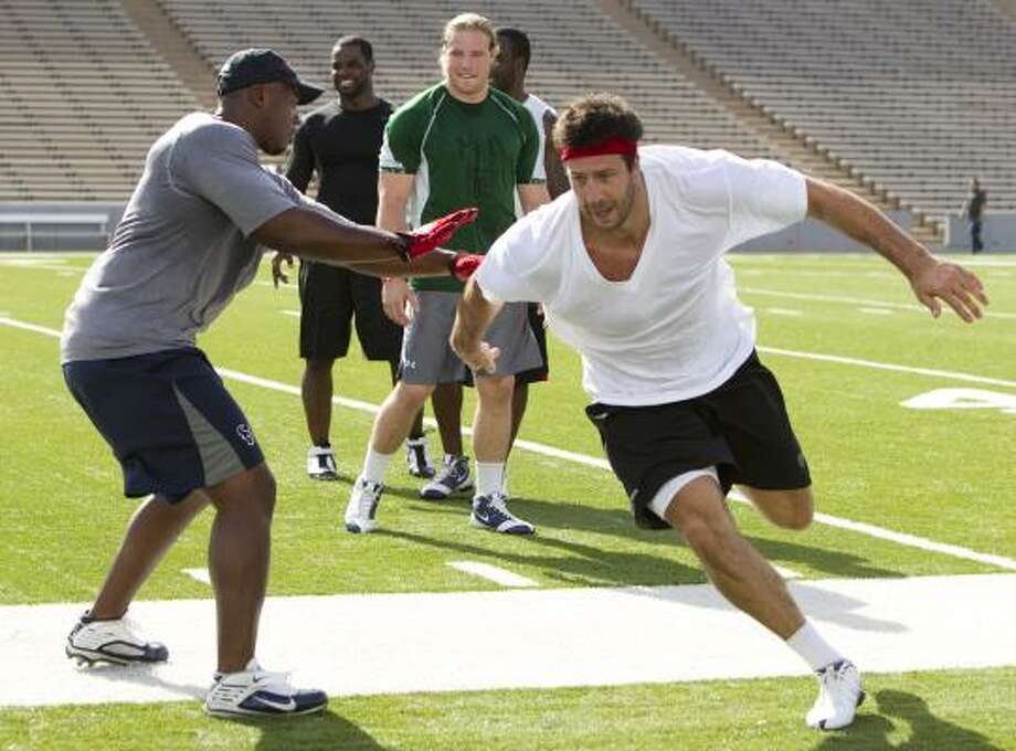 Texans linebacker Connor Barwin, right, runs past DeMeco Ryans, left, during a drill. Photo: Brett Coomer, Chronicle