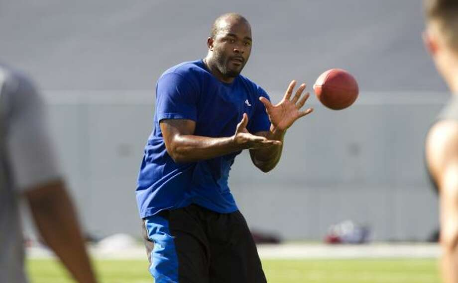 Texans linebacker Mario Williams reaches out to make a catch. Photo: Brett Coomer, Chronicle