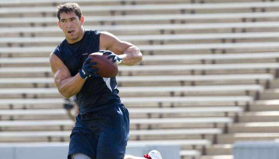 Texans tight end James Casey pulls in a catch at Rice Stadium, his home stadium during his playing days at Rice. Photo: Brett Coomer, Chronicle