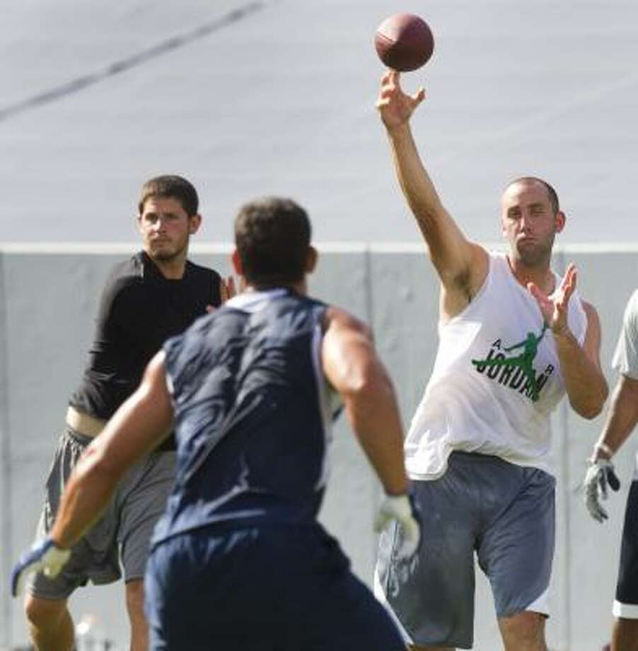 Texans quarterback Matt Schaub delivers a pass to tight end James Casey during a players' minicamp at Rice Stadium. Photo: Brett Coomer, Chronicle