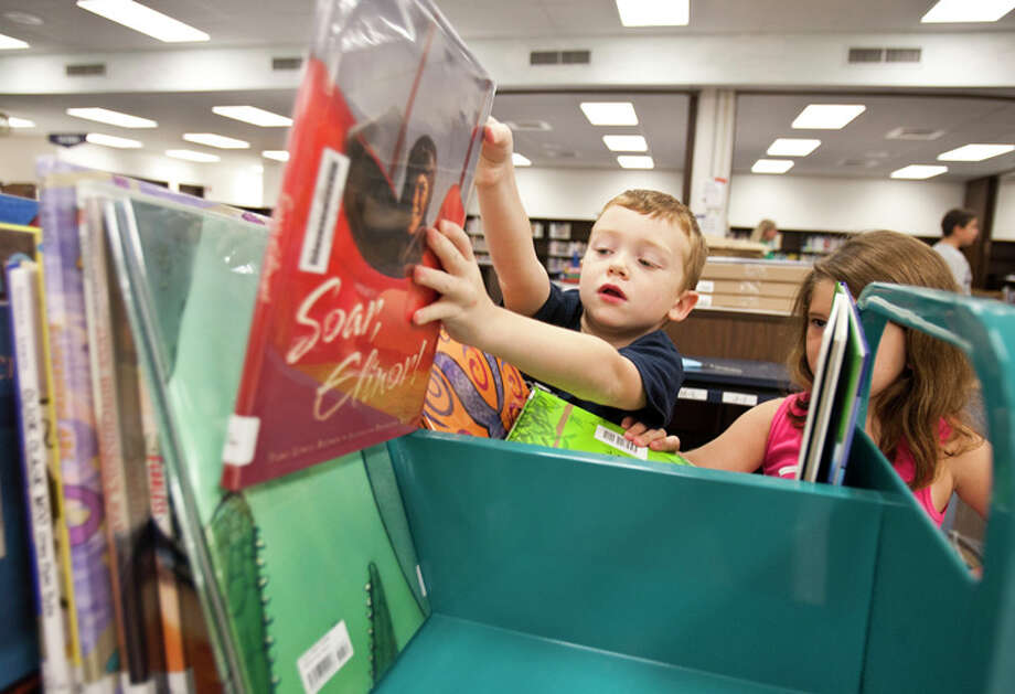Jackson Fowler and Karisma Alonzo, both 6, sort library books at Stahl Elementary. All the books and shelves had to be moved out of the library over the summer while carpeting and tile were replaced. Photo: Sally Finneran/sfinneran@express-news.net /  SAN ANTONIO EXPRESS-NEWS