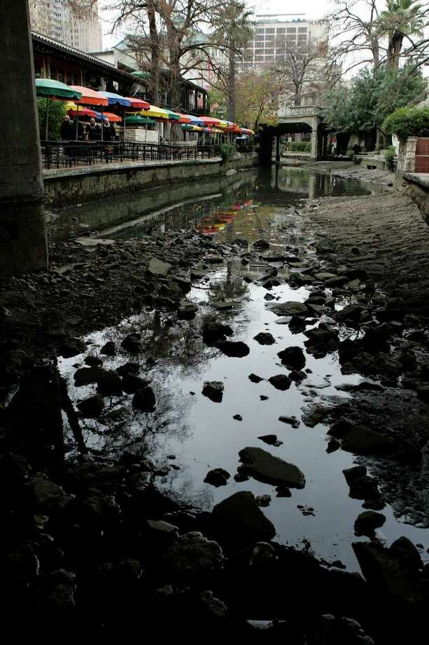 METRO - The San Antonio Riverwalk sits empty Monday Jan. 5, 2009 after being drained for its annual cleaning Saturday night. The river will be filled by the end of the week. KEVIN GEIL/STAFF Photo: KEVIN GEIL, SAN ANTONIO EXPRESS-NEWS / kgeil@express-news.net