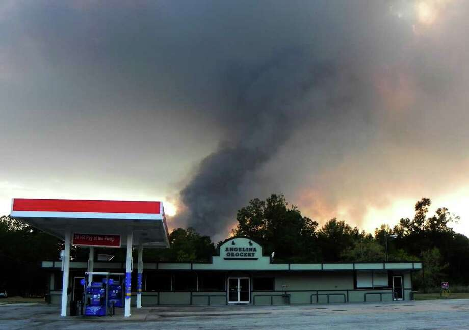 Jasper wildfire threatens homes near RR 255. Photo: Charles Kerr