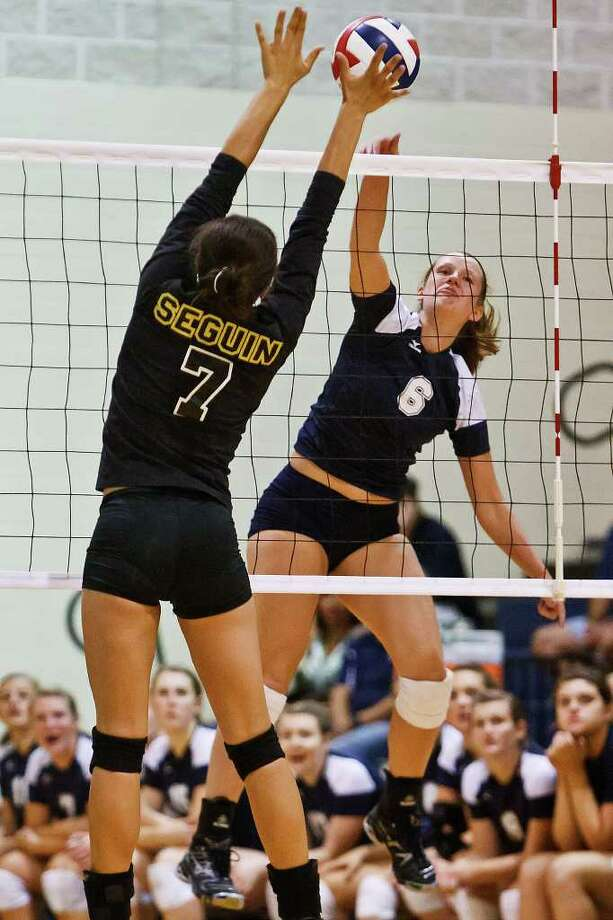 Smithson Valley's Emma Schiffmacher (right) goes up for a kill shot against Seguin's Mykaeli Franklin during their match in the Smithson Valley gym. Photo: Marvin Pfeiffer/Prime Time Newspapers