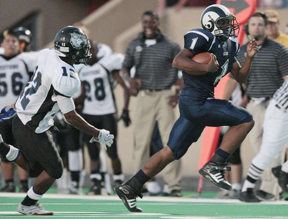 Elsik's Jerry Bynum carried a workman-like 231 times last year. Photo: Bob Levey, For The Chronicle