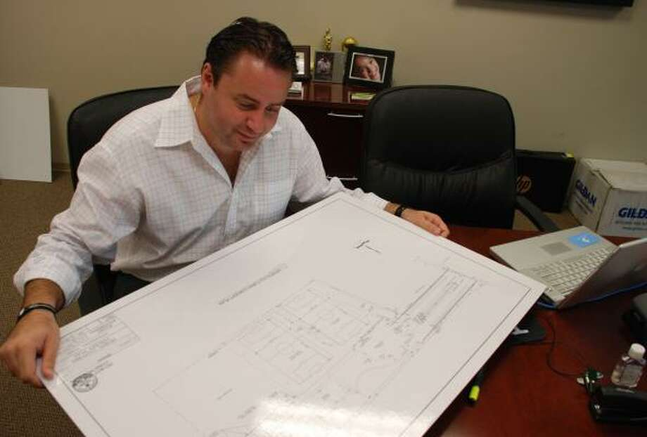 Juan Carlos Padilla revisa los planos del nuevo complejo multideportivo Sports Culture, en The Woodlands. Photo: Lindsay Peyton, Para El Houston Chronicle