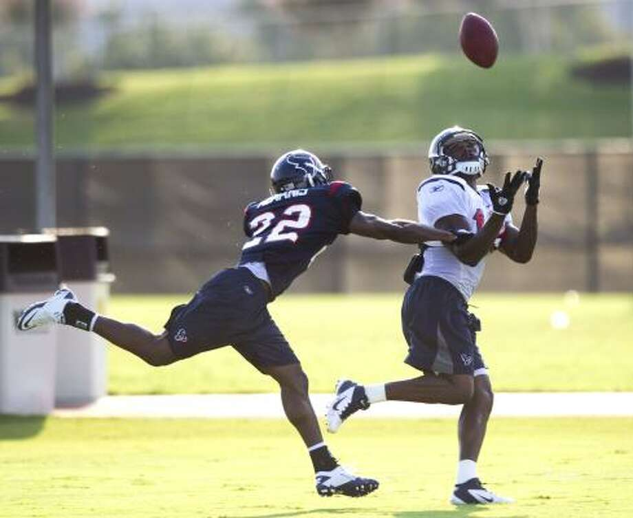 Texans cornerback Sherrick McManis defends a pass to wide receiver Dorin Dickerson. Photo: Brett Coomer, Chronicle