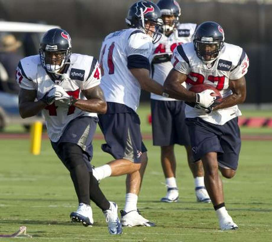 Texans fullback Lawrence Vickers leads the way as quarterback Matt Leinart hands the ball to running back Chris Ogbonnaya. Photo: Brett Coomer, Chronicle