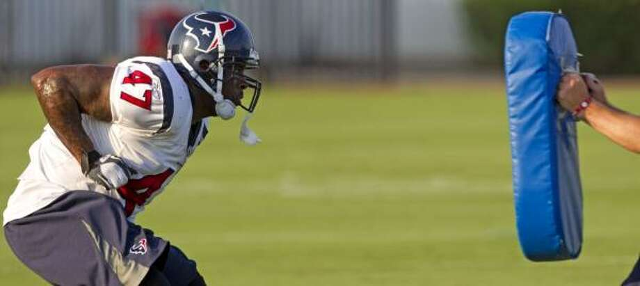 Texans fullback Lawrence Vickers runs a blocking drill. Photo: Brett Coomer, Chronicle