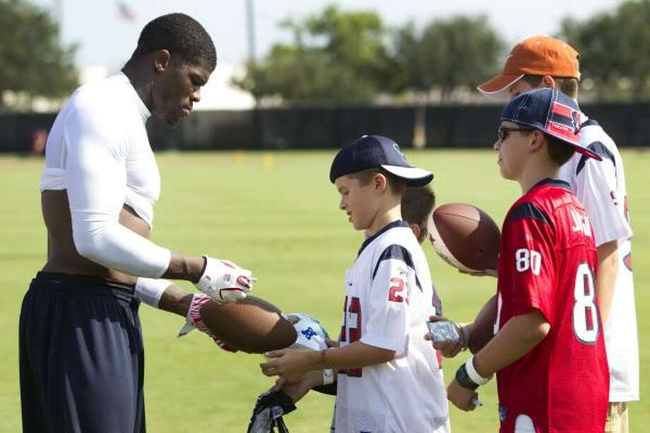 Texans wide receiver Andre Johnson signs autographs at the end of practice. Photo: Brett Coomer, Chronicle