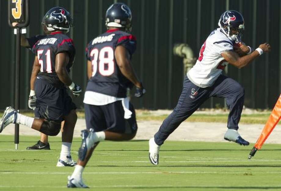 Texans running back Arian Foster runs past linebacker Darryl Sharpton (51) and safety Danieal Manning (38) after making a catch. Photo: Brett Coomer, Chronicle