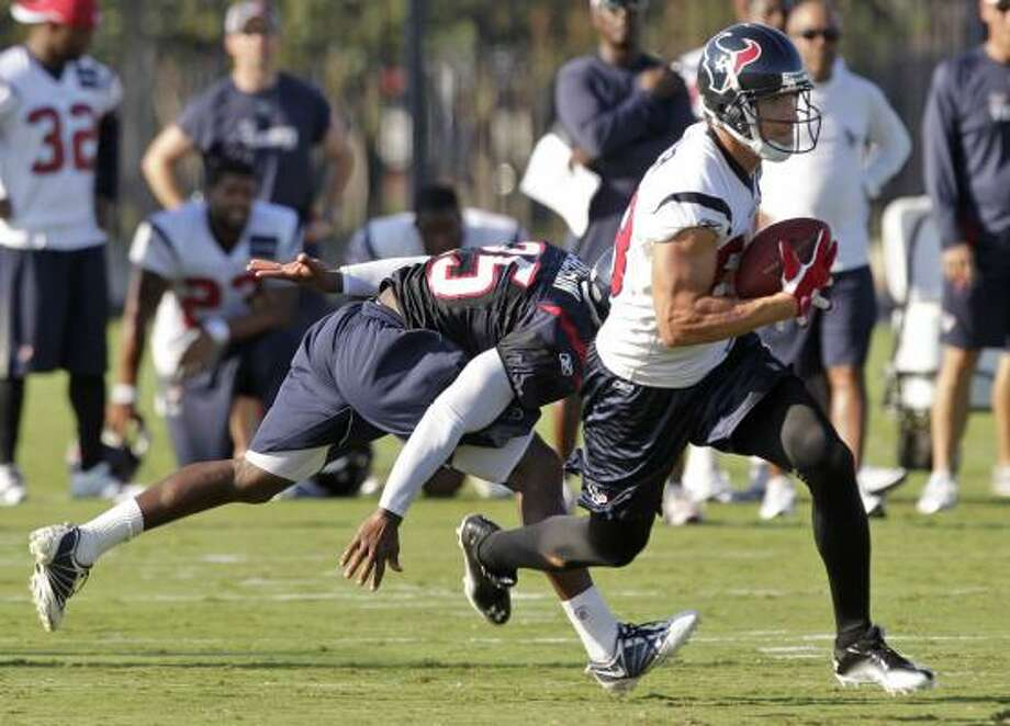 Texans wide receiver Kevin Walter runs past cornerback Kareem Jackson. Photo: Brett Coomer, Chronicle