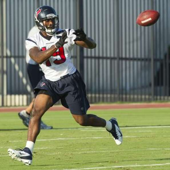Texans wide receiver Dorin Dickerson reaches out to catch a ball.