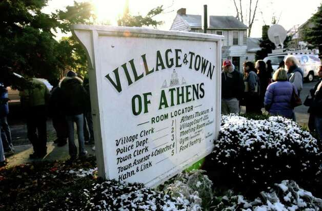 Hundreds of wanna-be actors line up outside the Athens Community Center in hopes to be cast  for an upcoming filming of a motion picture entitled War of the Worlds, Saturday morning, Nov. 13, 2004. (Steve Jacobs / Times Union) Photo: STEVE JACOBS, AP Photo / TU