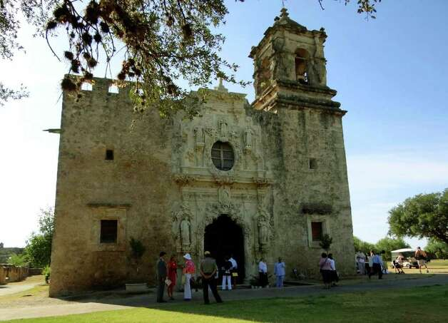 People arrive for the Mass celebrating the completion of renovations on Mission San José on Friday, Aug. 19, 2011. Photo: BILLY CALZADA, Express-News / gcalzada@express-news.net