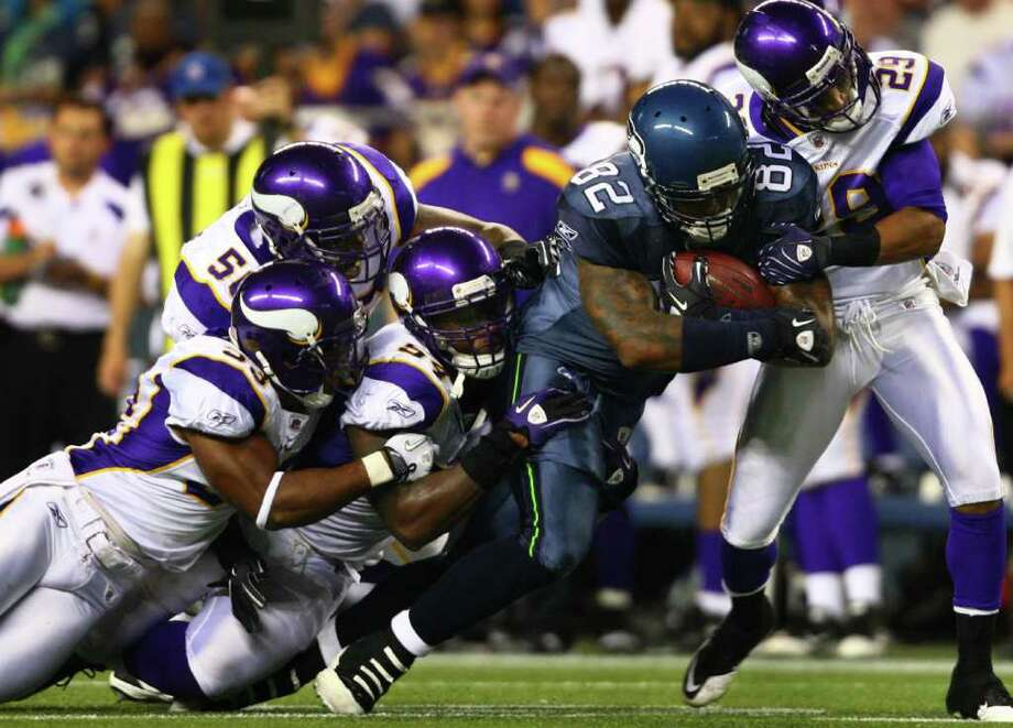 Dominique Byrd (82) pulls along Minnesota Vikings players. Photo: JOSHUA TRUJILLO / SEATTLEPI.COM